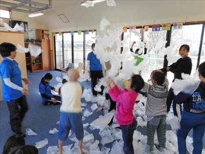室内にビニール袋がたくさん舞っています。子どもたちもニコニコ笑顔で大喜びです。